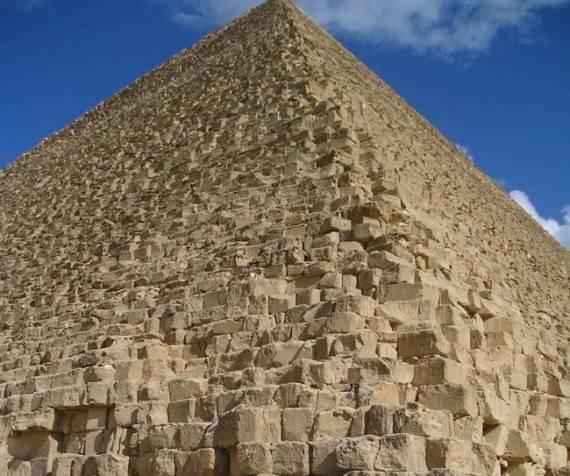 Кто построил пирамиды