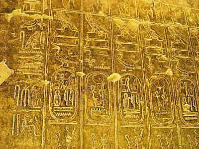 Чьи пирамиды присвоили фараоны?