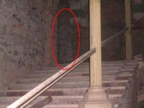 [img]http://tainy.net/wp-content/uploads/2010/10/decebal-hotel-ghost_original1.jpg[/img]