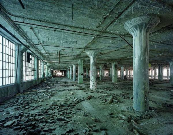 http://tainy.net/wp-content/uploads/2011/05/ruins_of_detroit_211-600x469.jpg