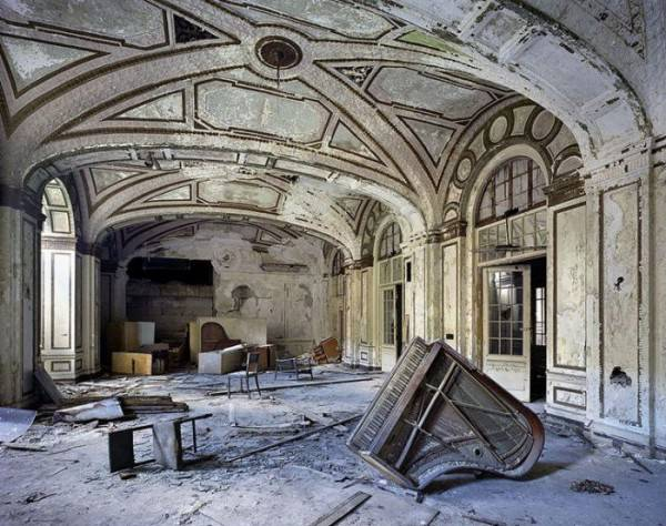 http://tainy.net/wp-content/uploads/2011/05/ruins_of_detroit_301-600x474.jpg