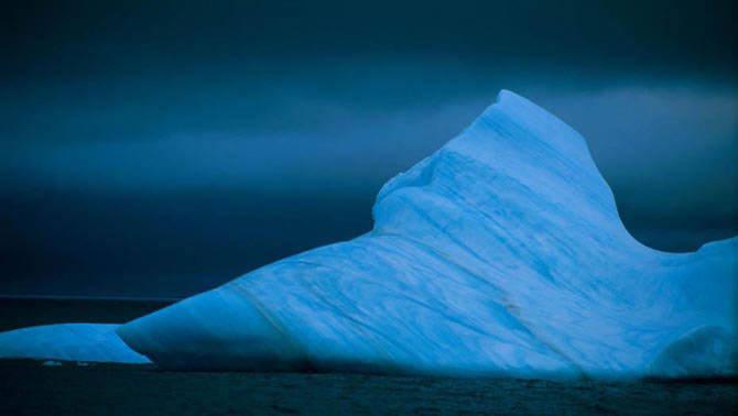 Айсберг в темных водах южного океана
