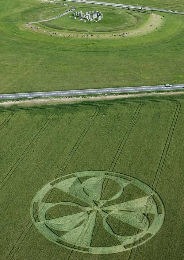 Впечатляющий круг на полях... в паре сотен метров от Стоунхенджа