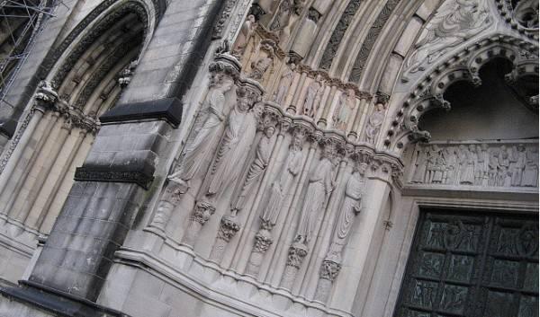 Рисунки на колоннах собора в Нью-Йорке оказались пророческие?