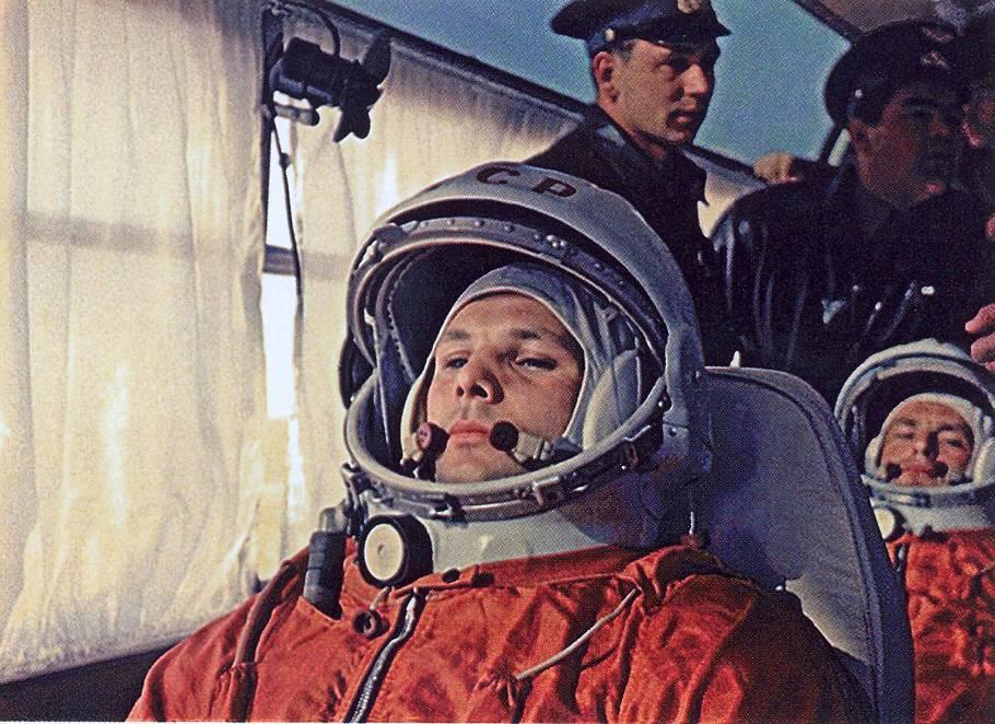 Рис.-5.-Ю.А.Гагарин-и-Г.С.Титов-в-автобусе-по-дороге-на-старт1.jpg