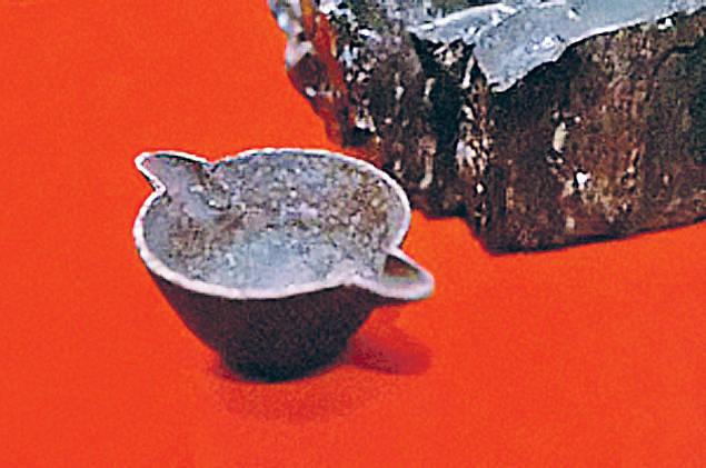 Этот с виду обычный железный котелок пролежал в земле 312 миллионов лет