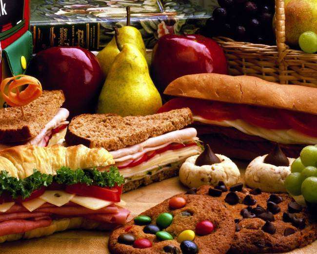 Picnic-Lunches-Sandwiches-Fruit-Cookies-2048x2560