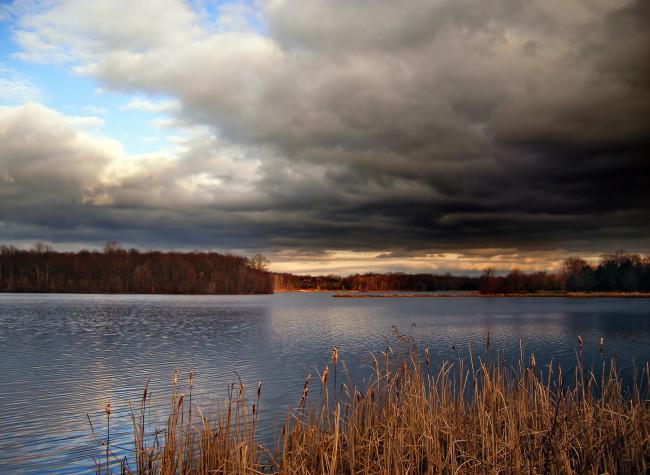 Incoming_Storm_clouds,_Minsi_Lake,_Northampton_County