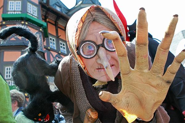 Почему зловещие легенды о ведьмах так живучи в Англии?