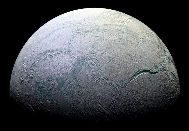 Ученые обнаружили внутри спутника Сатурна инопланетную жизнь