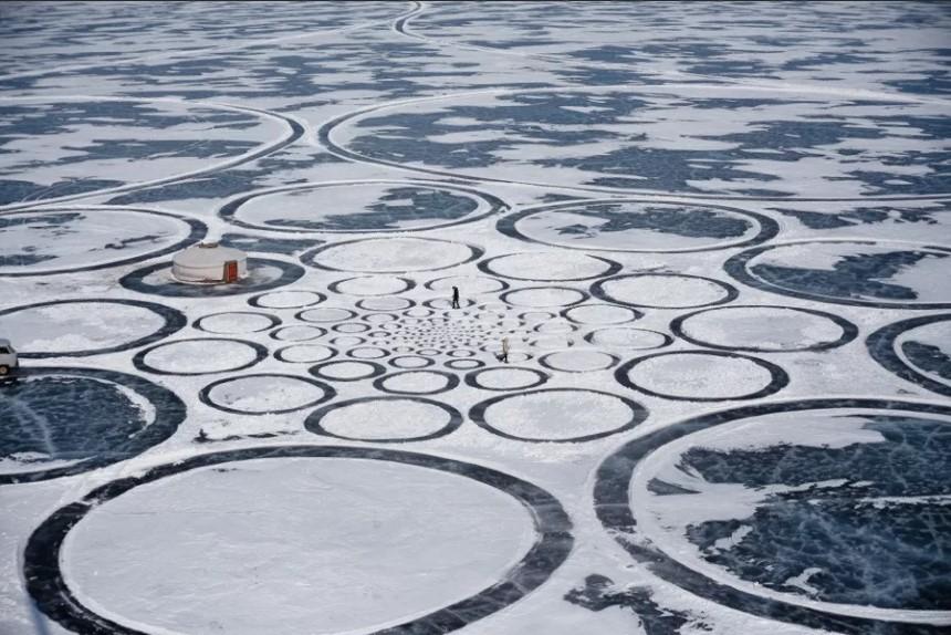 Байкал маленькие круги на льду.