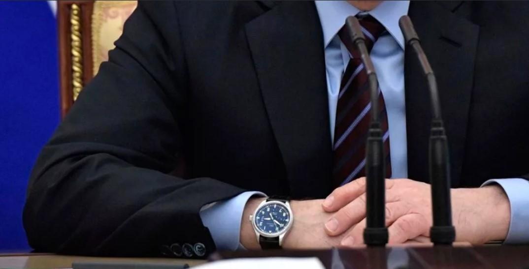 часы мужские на правой руке