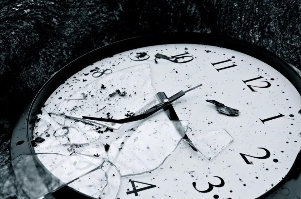Все приметы, если упали часы со стены или с руки: народные приметы об упавших часах.