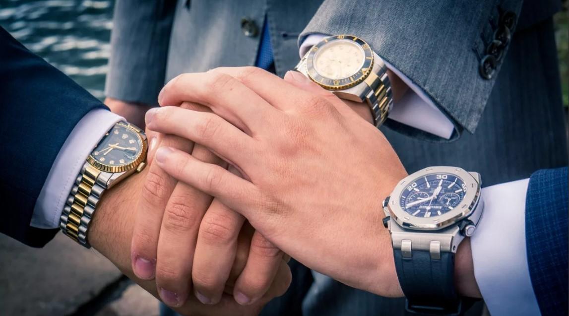 часы на разных руках