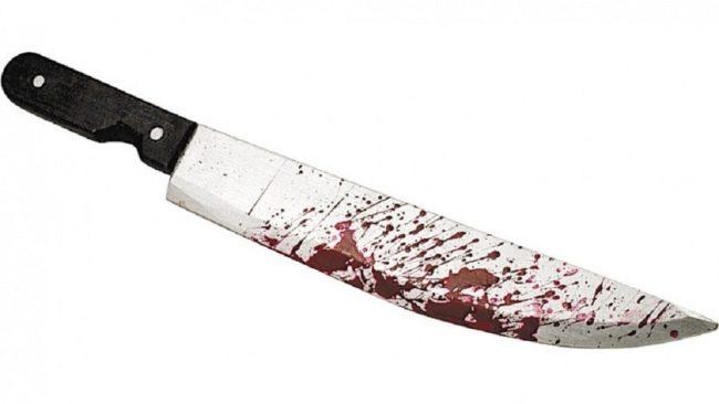 нож воткнулся в ногу