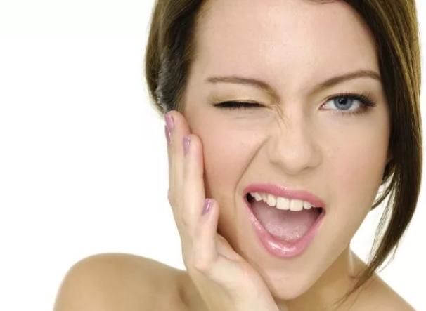 К чему чешется левая и правая щека у девушки, женщины: народные приметы по дням недели. К чему чешется левая и правая щека утром и вечером, чешутся обе щеки?