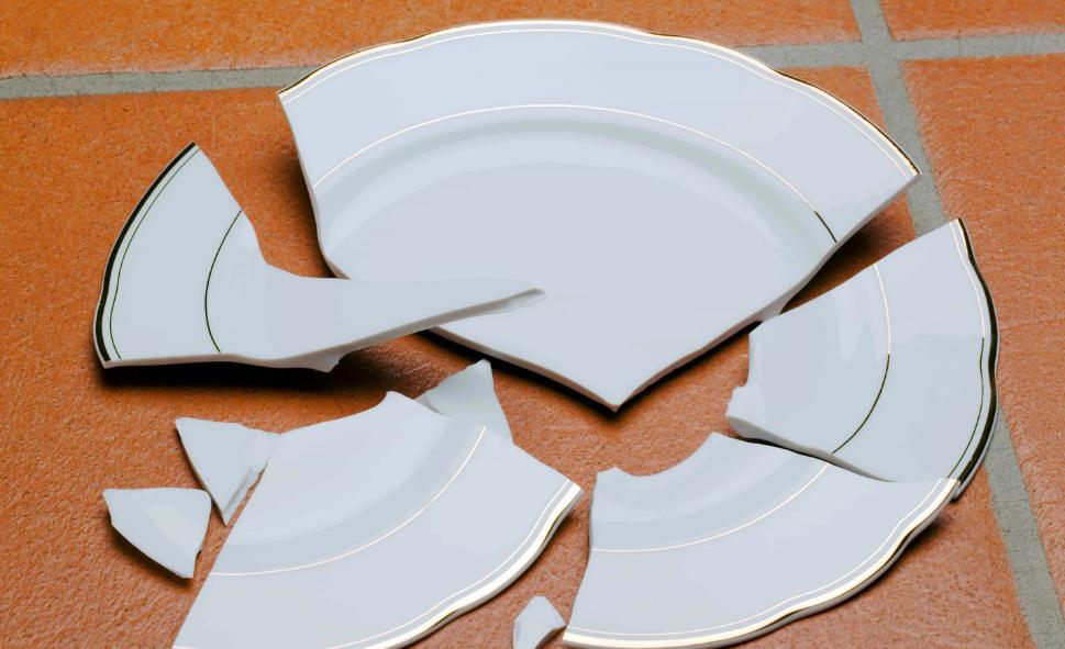 тарелка разбилась об пол