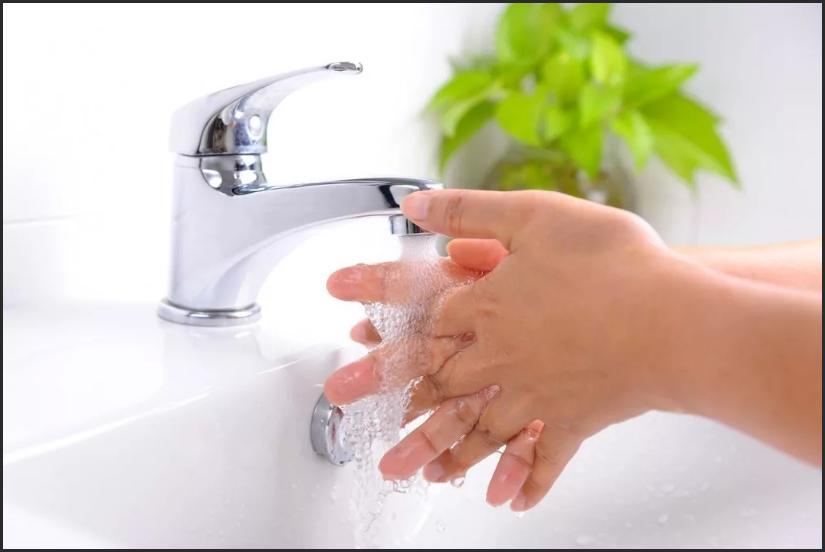 очищаем проточной водой амулет