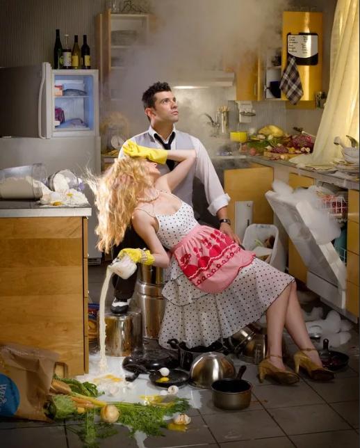убирать и мыть полы на ночь