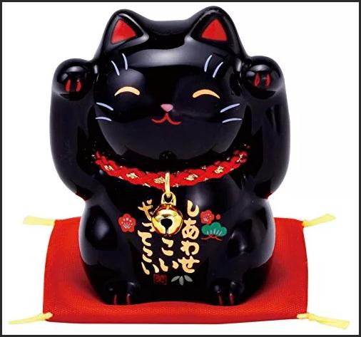 Манэки-нэко черная кошка
