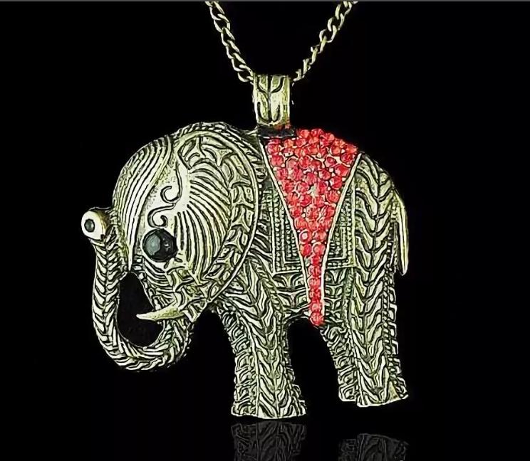 Талисман Слон: символ и народные приметы в разных культурах - с поднятым хоботом.