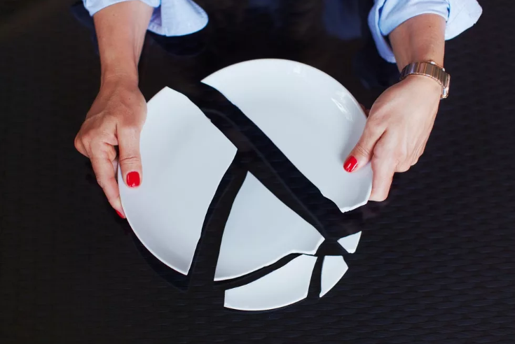 Популярные приметы о разбитой тарелке: если тарелка разлетелась на осколки