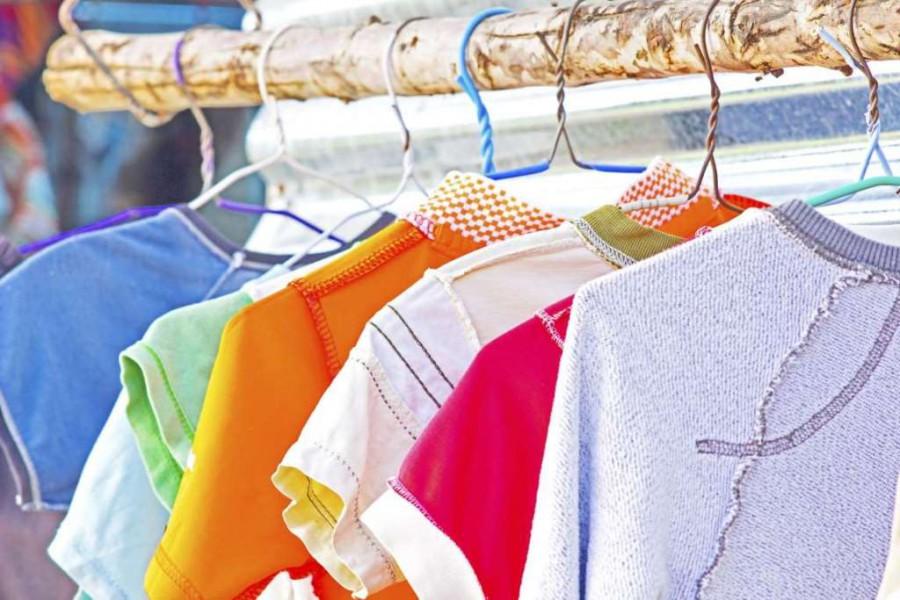 Одеть футболку наизнанку: примета, если мыслить позитивно, негативно, как трактовать