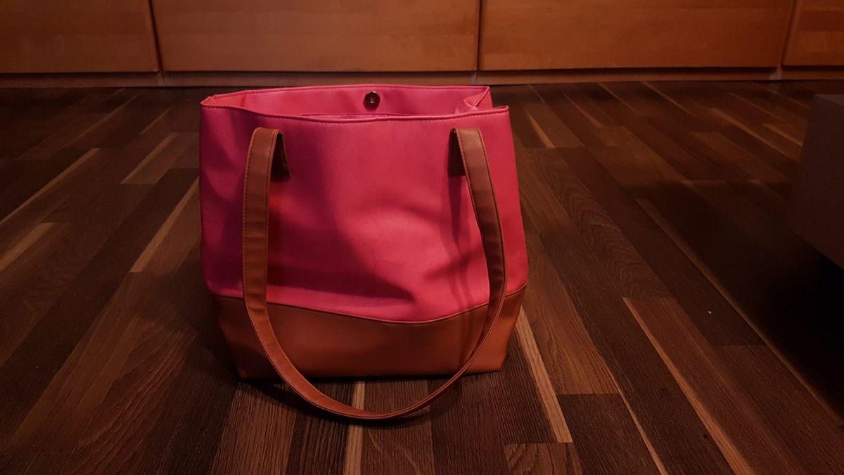 Почему нельзя ставить сумку на пол: приметы и суеверия