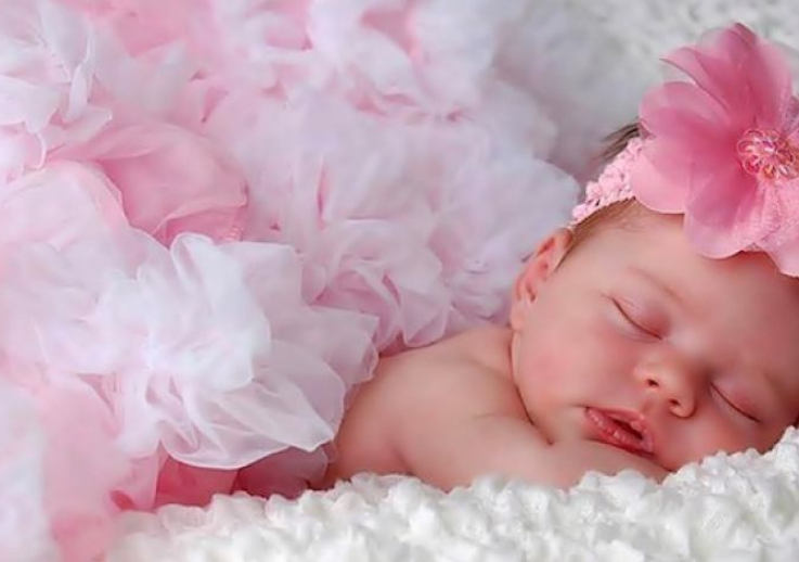 младенец спит девочка