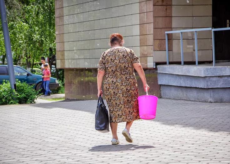 Женщина, мужчина с пустым ведром: народные приметы - как избежать плохих примет?