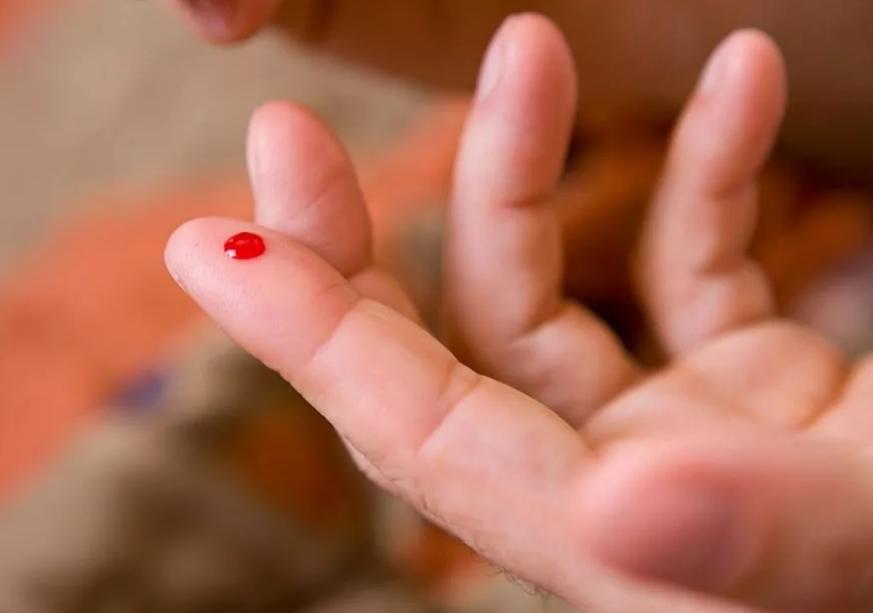 уколоть указательный палец кровь