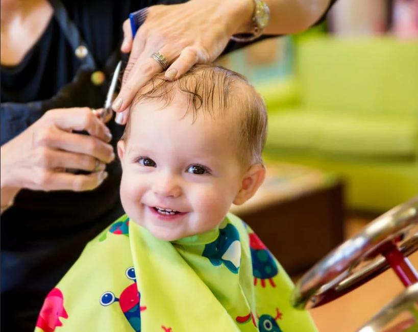 стричь волосы ребенку улыбается