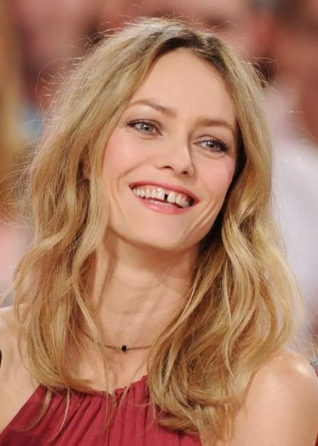 щербинка между зубами блондинка
