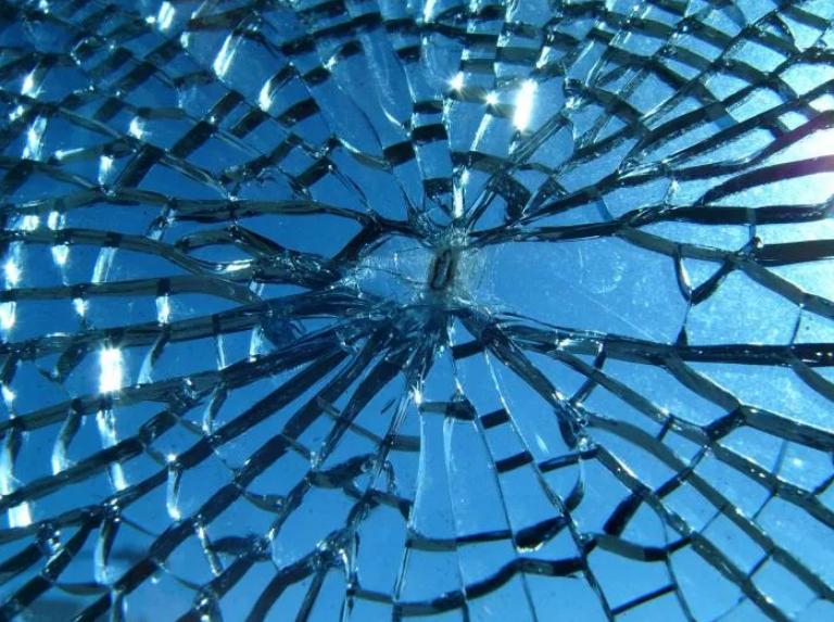стекло лопнуло треснуло