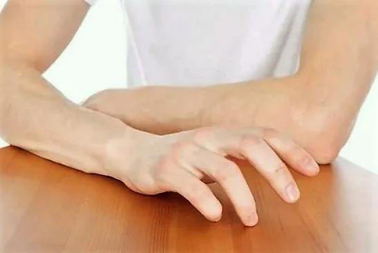 стучать по столу пальцами