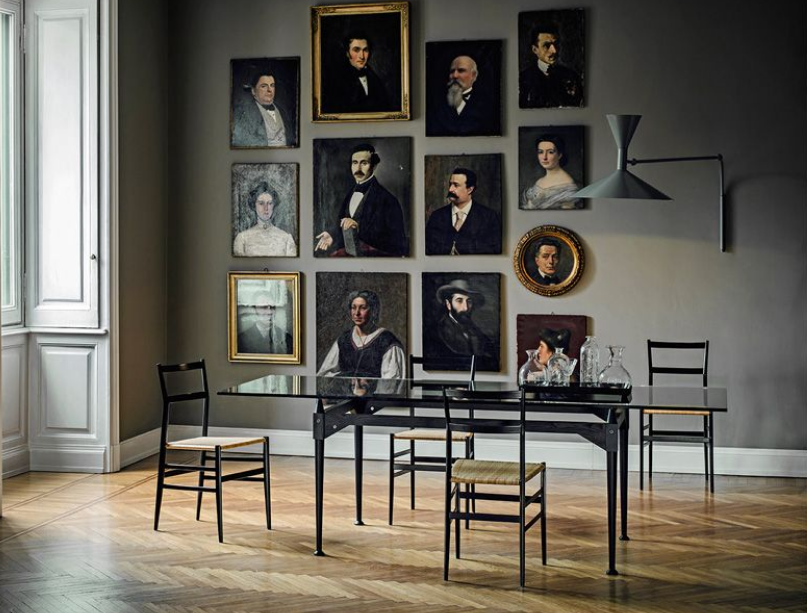 портреты на стенах комнаты