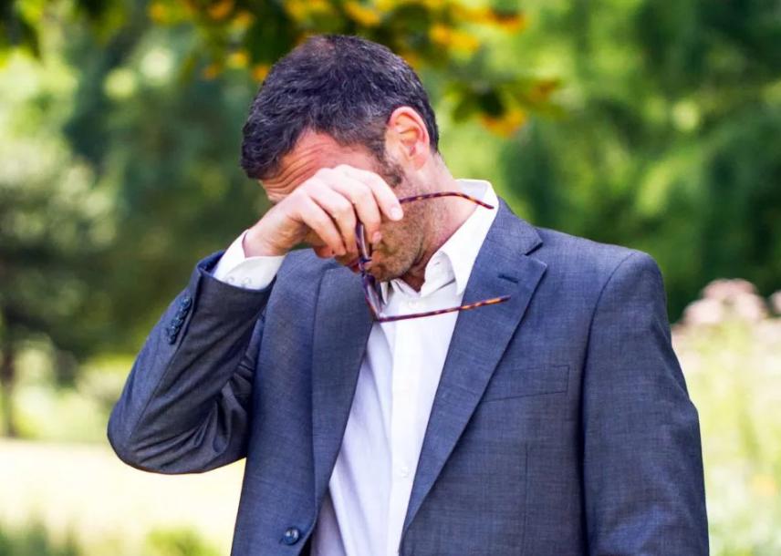 чешется левый глаз у мужчины в очках