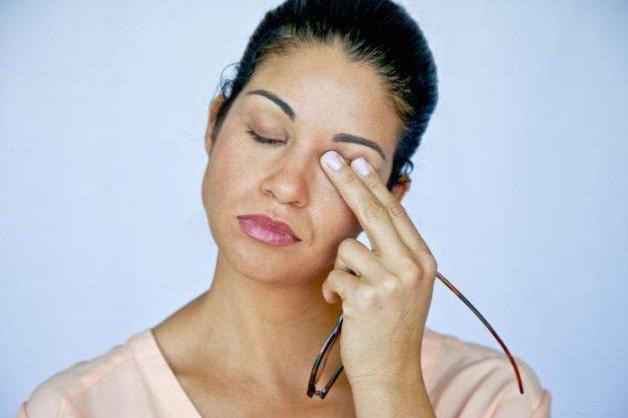 чешется левый глаз у женщины