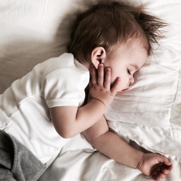 стричь волосы спит ребенок