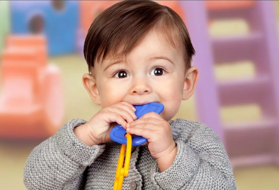 малыш первые зубы