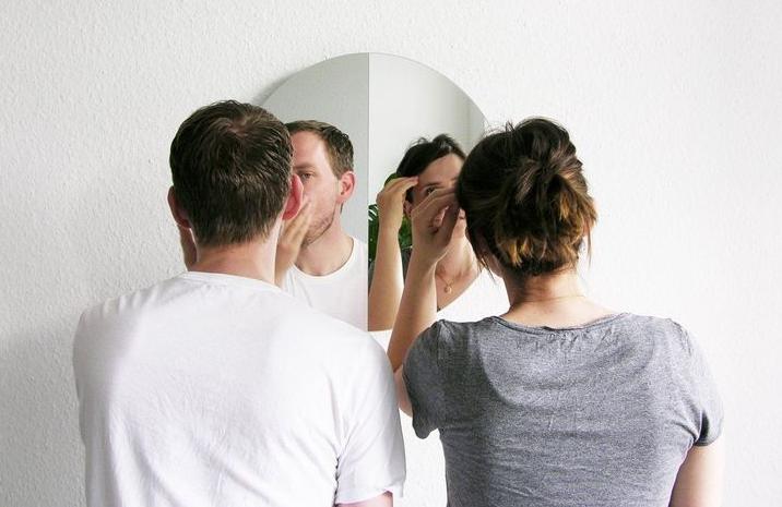 вдвоем смотрят в одно зеркало