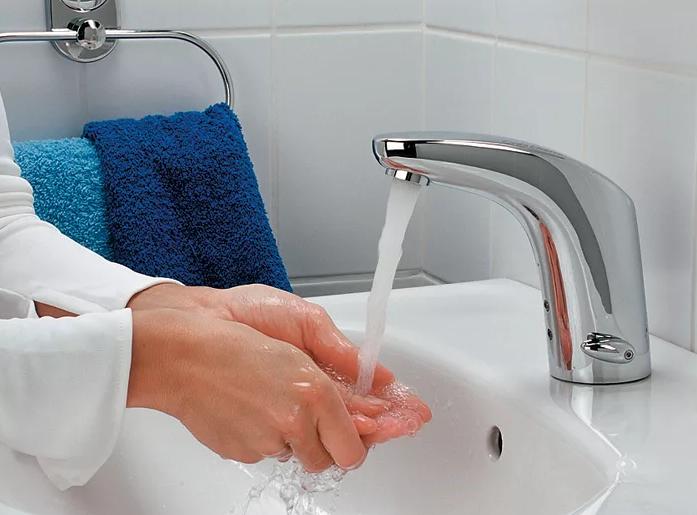 мыть руки в проточной воде