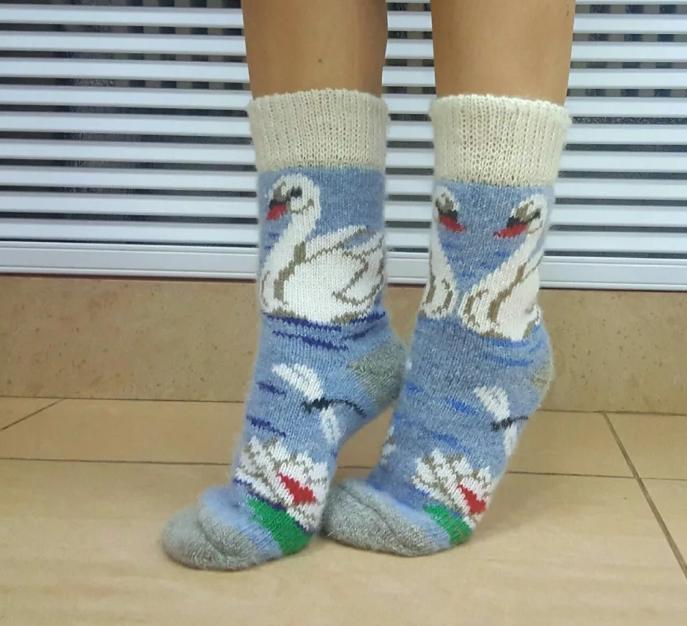носки в подарок с лебедями