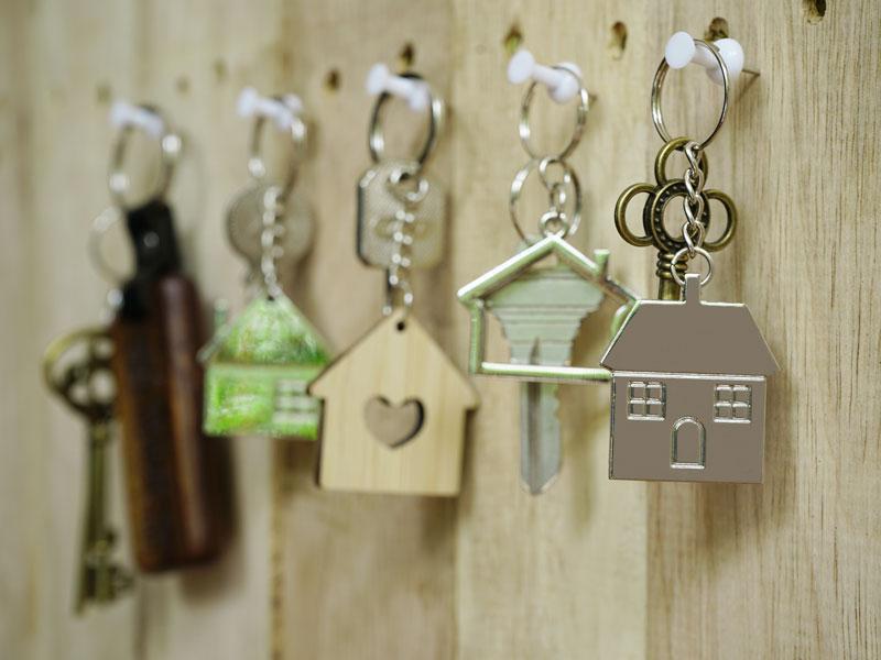 Ключи с брелками на ключнице