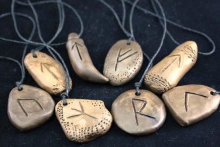 Талисманы с рунами на камнях