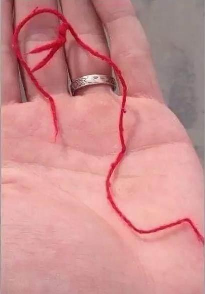 красная нитка прилипла к одежде