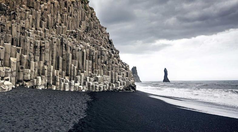 Древние легенды чёрных пляжей и скал Вик в Исландии: мистические чёрные колонны на пляже