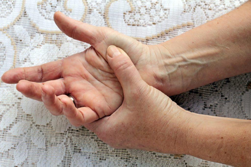 Чешется правая женская рука