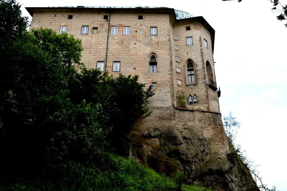 Замок Гоуска в Чехии на скале