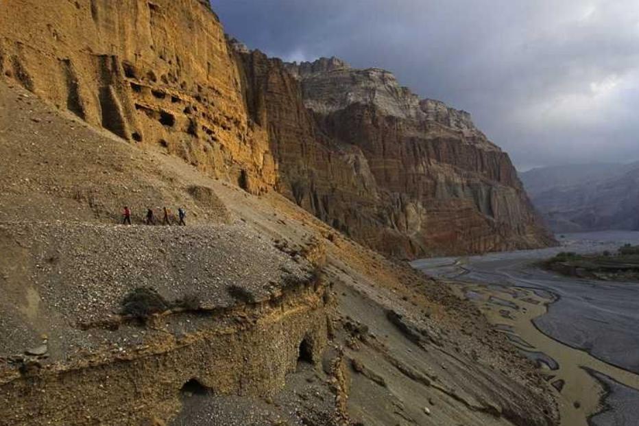 Неразгаданный пещерный город на высоте 50 м в Непале: рискованная экспедиция